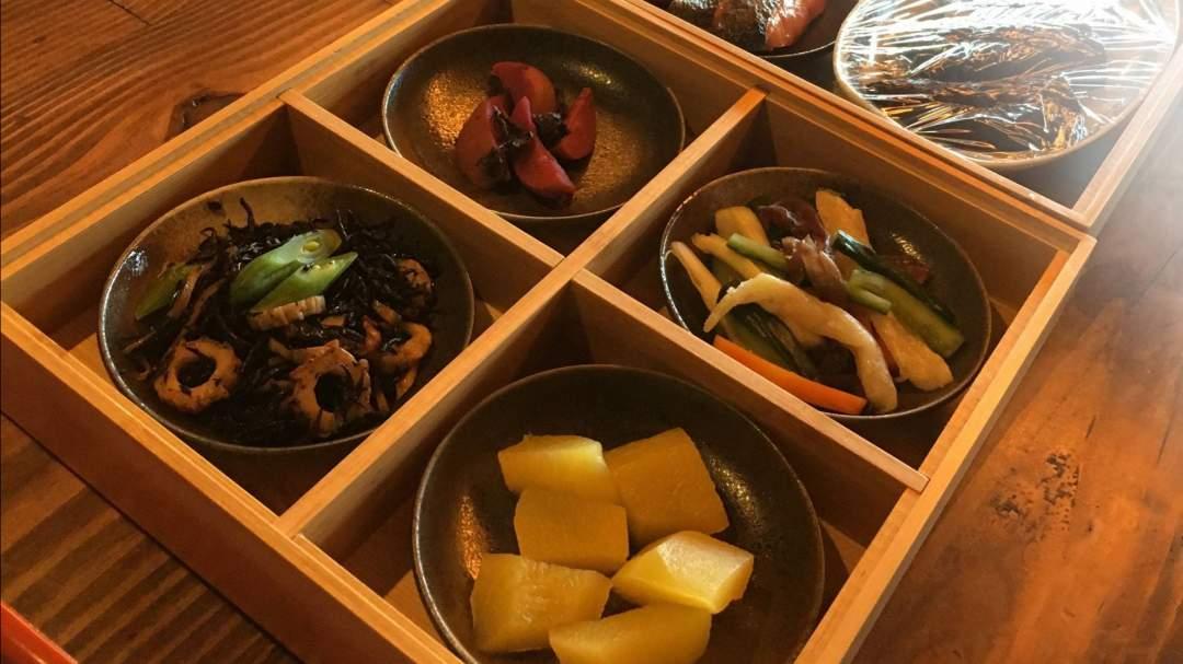 奥川郷・里山の朝膳: 地元のお母さんたちによる郷土食のケータリングです。重箱には郷土食、炊飯器には奥川のコシヒカリ(日本屈指の食味)、鍋にはダシ入り味噌玉と野菜をお届けします。前日夕方のお届けになりますので、朝、お好きな時間にご朝食をお召し上がりになれます。