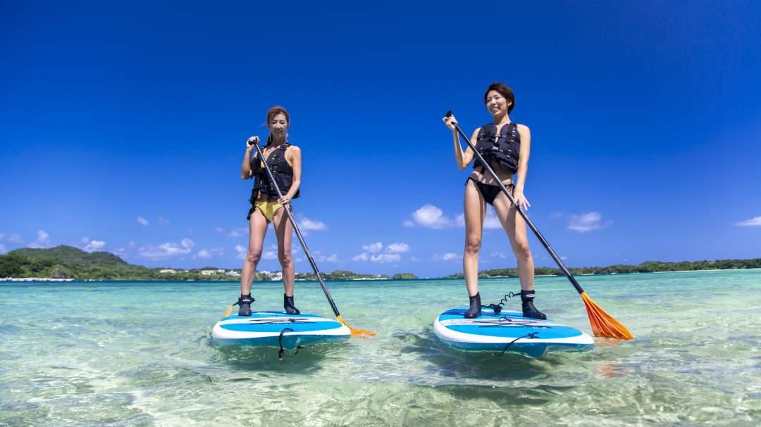 宮古島の美しい海で、SUPとカヌーのいずれかを選択し体験することができます。