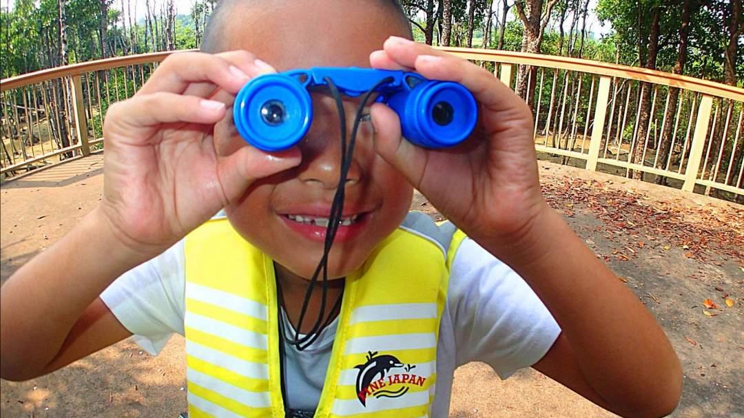 子供用の双眼鏡をツアー前にお渡しします! 遠くの生き物もこれでよく見えるはず! 特に鳥さんは近づくとすぐ逃げちゃうので双眼鏡を使ってバードウォッチング~☆