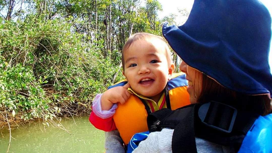 赤ちゃんだって、ママと一緒に楽しんじゃう!! 1歳の赤ちゃんだってカヤックに乗れますよ!! お母さんの膝の上もしくは抱っこひもを着用していただき一緒に楽しんでいただけます!