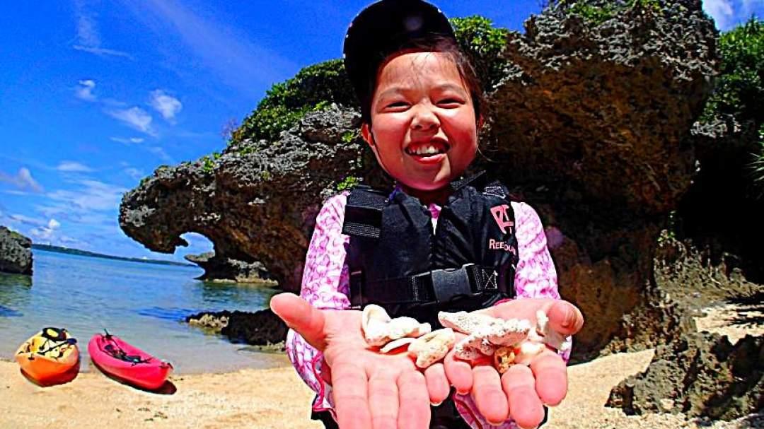 みんな大好き、貝殻拾タイム♪ツアーの終わりには、拾った貝でアクセサリーを作ってプレゼント!