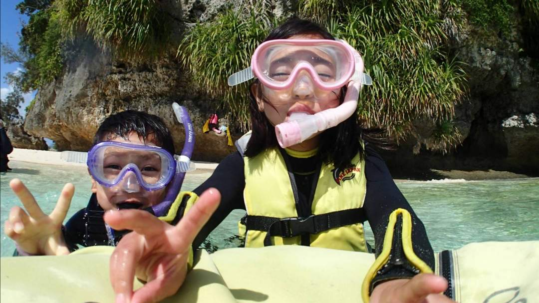 小さなお子様用のシュノーケルマスクがあるのでお父さんお母さんと一緒に泳いじゃおっ! まだシュノーケルができない小さなお子様は股付浮き輪&箱メガネ!! ガイドがしっかりお子様をサポートします!