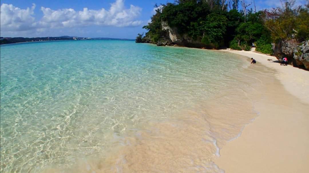 そこにはイメージしていた南国の無人島が!! 青く透き通った海に白い砂浜! ここに、上陸したとき沖縄に来たな~と実感できます!