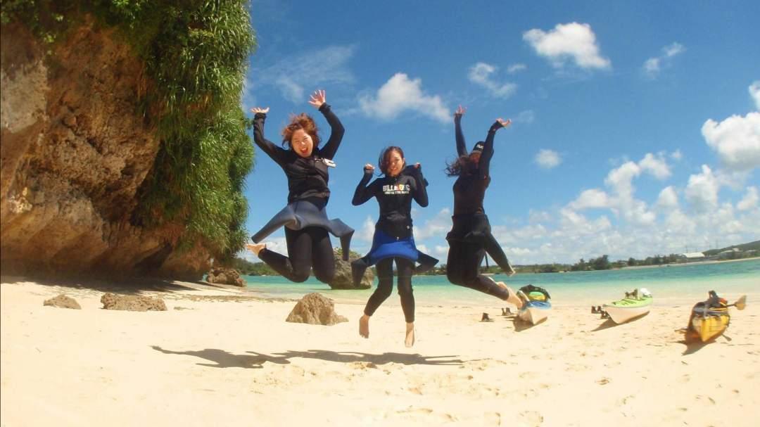 お約束のジャンプショット☆ 無人島は、綺麗な白いサラサラの砂浜~!! 上陸したときには、テンションは自然に最高潮に!