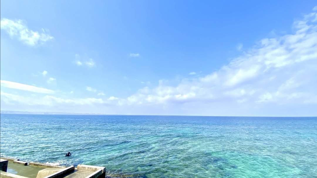 ビーチポイントでも沖縄の海は透明度良し!夕方はサンセットもきれいです。
