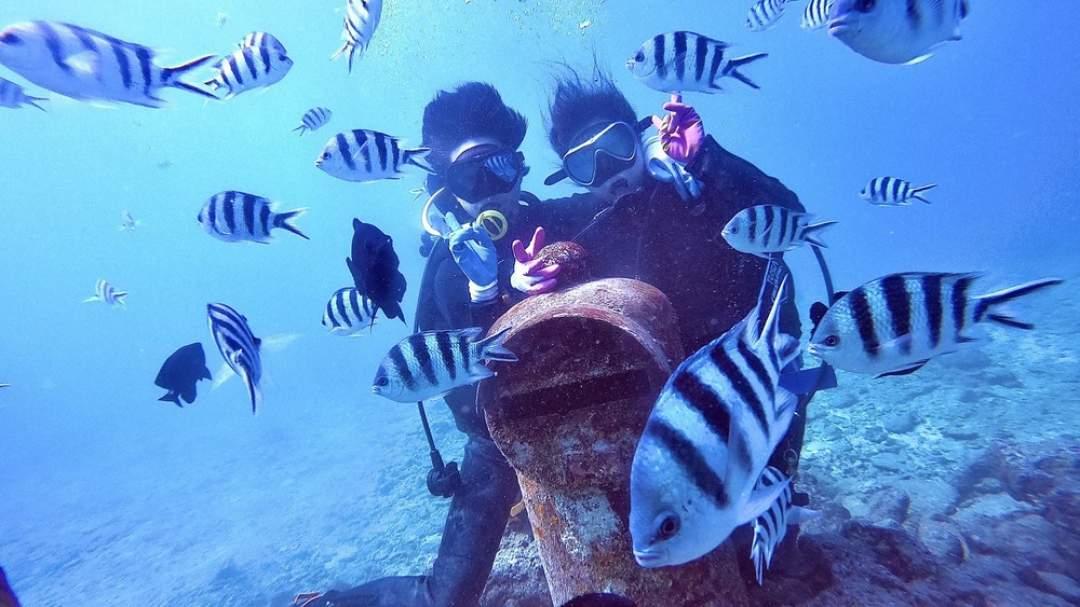 たくさんの魚に囲まれて、水中ポストと記念写真!