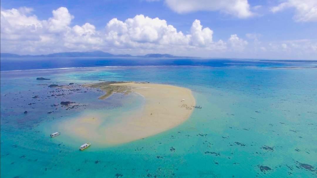 条件によって姿を変える「幻の島」 干潮時にしか姿を現さず、潮位次第で大きさも変わります。周りに視界を遮る物がないので、360°見渡す限りマリンブルーの海。最高のロケーションです!