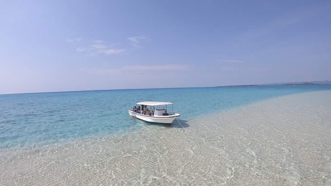幻の島に上陸&シュノーケリング! 「幻の島」とは石垣島の西側の海にぽつりと浮かぶ砂浜でできた島。潮位によってその形を変えることからその名が付きました。周辺の海ではたくさんの魚たちやサンゴと一緒に泳ぐことができます!