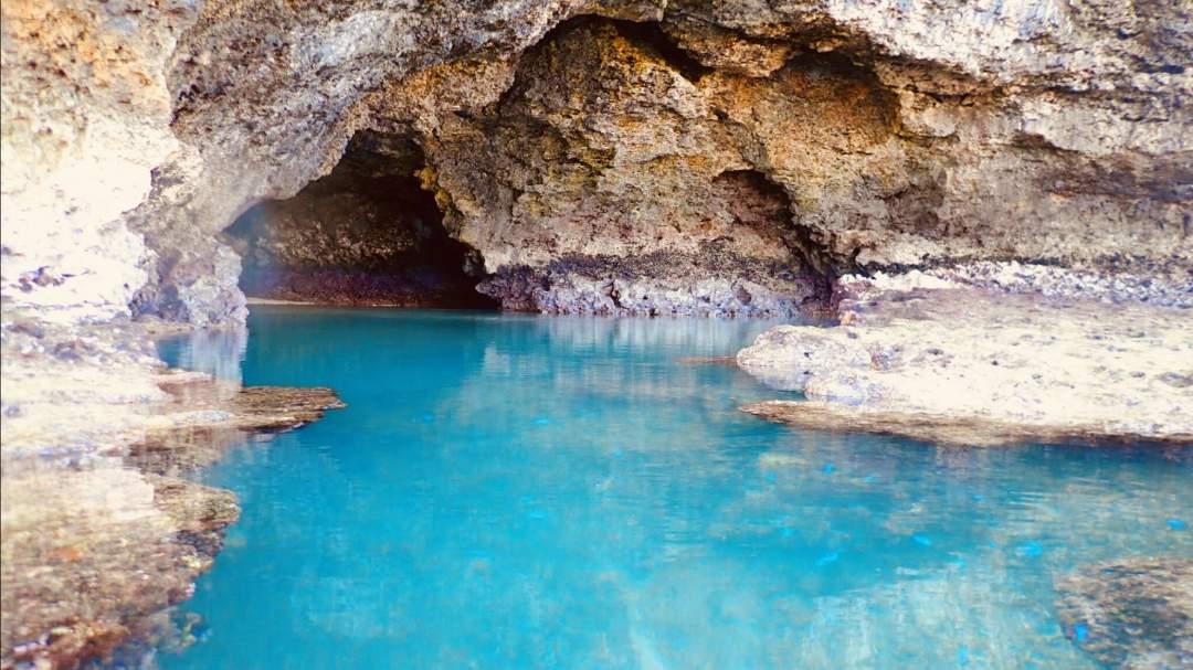 青の洞窟 話題の秘境「青の洞窟」周辺でのシュノーケリングツアーです。洞窟は太陽に照らされ、その名の通り青く輝きます。