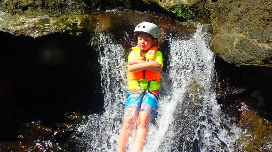 スプラッシュキャニオニング 大見謝川(おおみじゃがわ)の清流で渓谷下り!滝つぼへジャンプ!まるで天然のアスレチック!