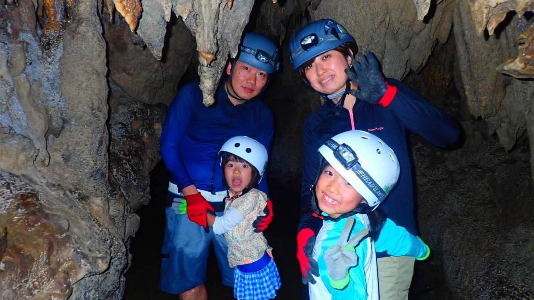 ケイビング(鍾乳洞探検) 大小さまざまな大きさの鍾乳洞を全身を使って探検するケイビングツアー。大自然が生み出した洞窟に圧倒されます!