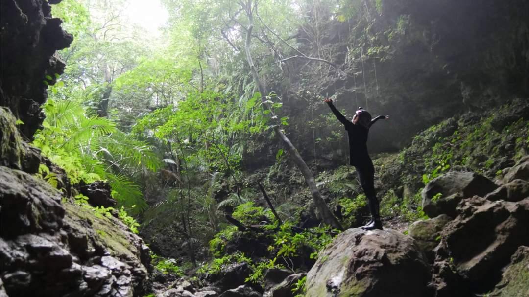【ケイビング(鍾乳洞探検)】 大小さまざまな大きさの鍾乳洞を探検するケイビングツアー。大自然が生み出した洞窟に圧倒されます!