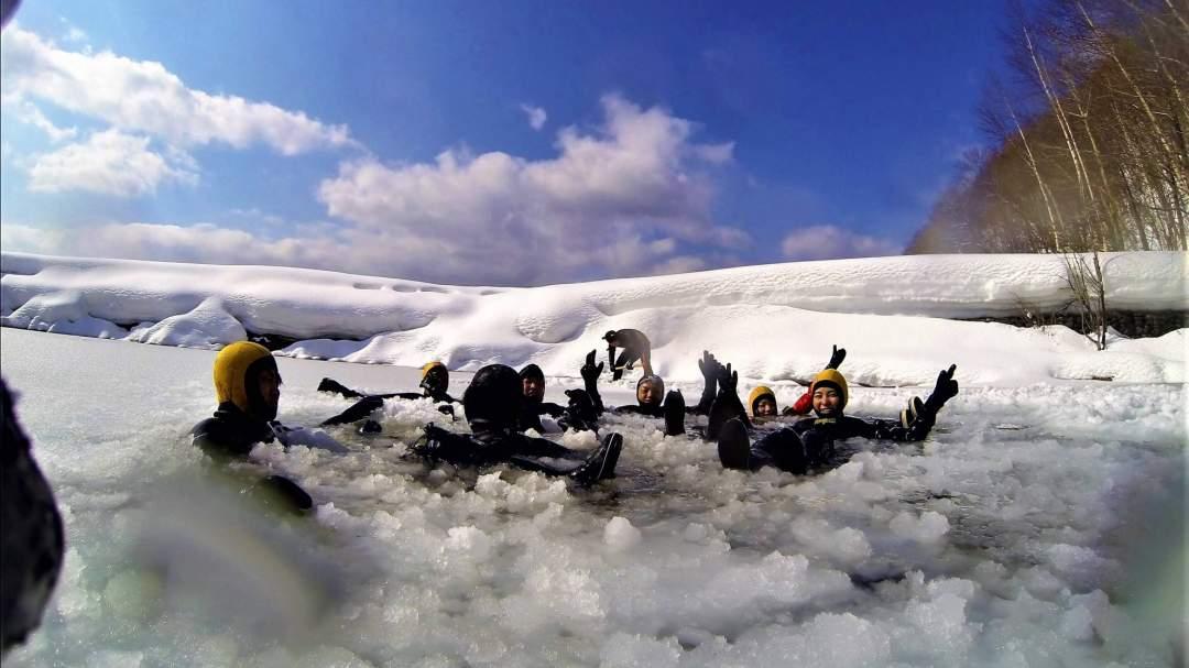 氷の中に落ちてもドライスーツで寒くありません