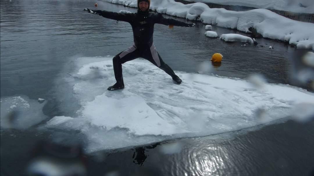 慣れてきたら氷が割れた浮島でヨガをする人も