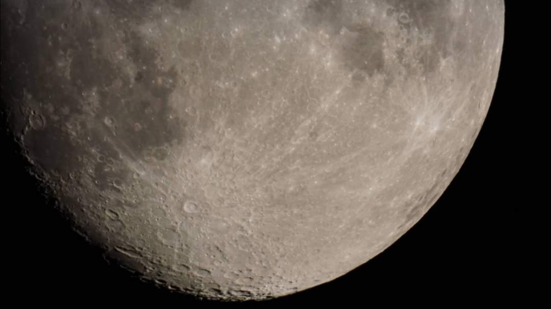 望遠鏡で覗く月
