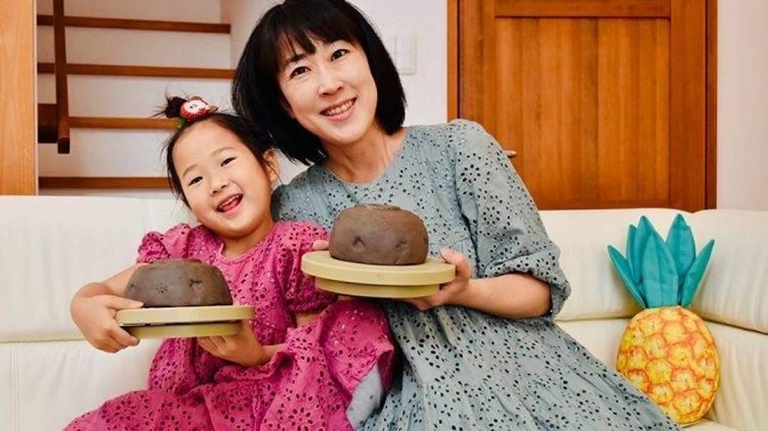 ママと初めての陶芸をおうちで! 完成した時の喜びはひとしおです。良い笑顔ですね♪