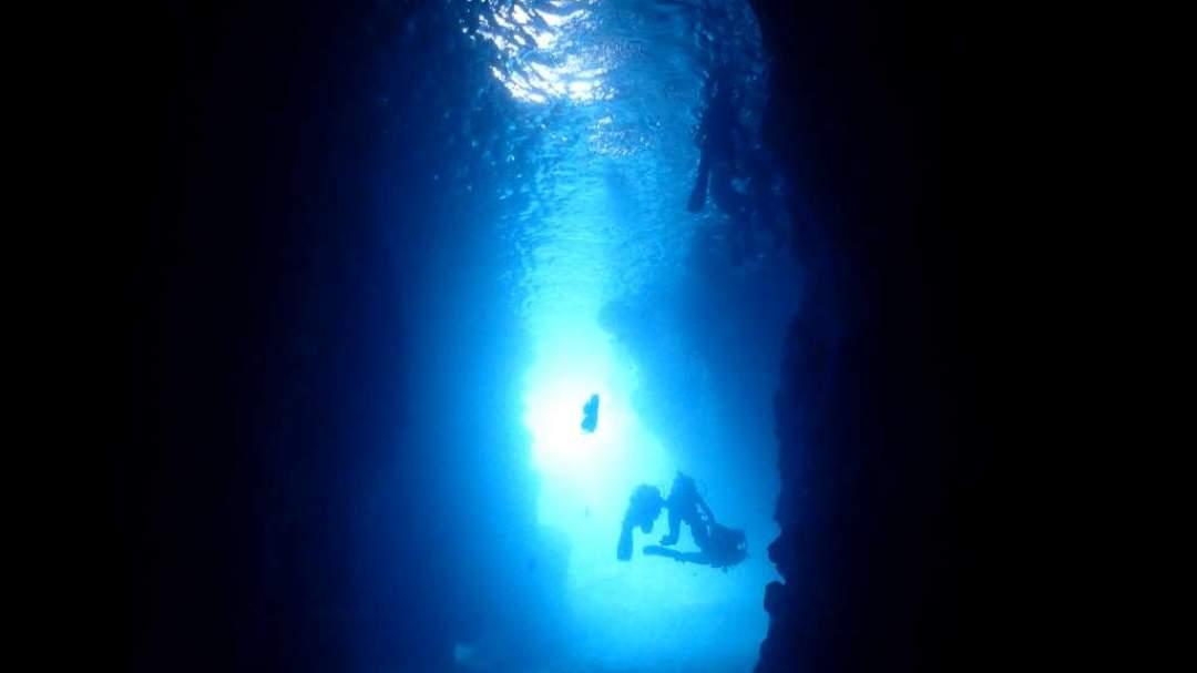 晴れの日はもちろん!曇っていても青く光り輝いています! 青の洞窟は水中から見て青い場所と、水面が青く輝いている場所があります! どちらも神秘的!!