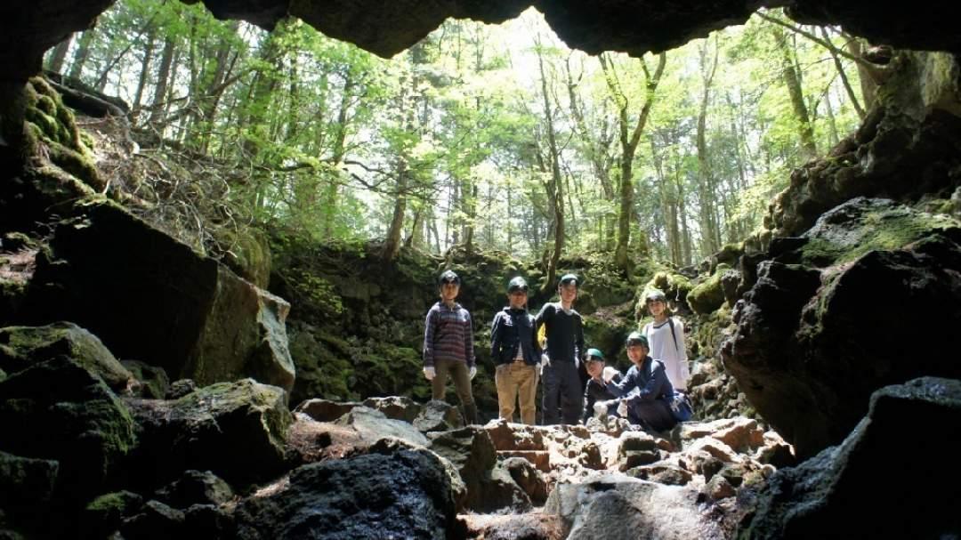 ★一般の観光客が入ることのできない樹海の天然火山洞窟にご案内します。