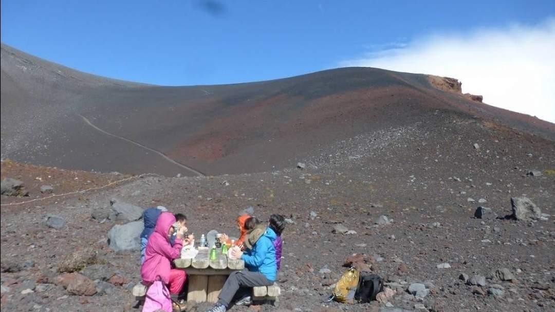 ★富士最大の噴火口の底での昼食ランチタイムは非日常の極み。