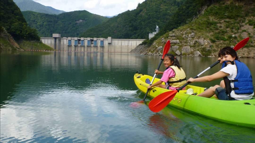 長島ダムの雄大なダム湖を使ったカヤック体験