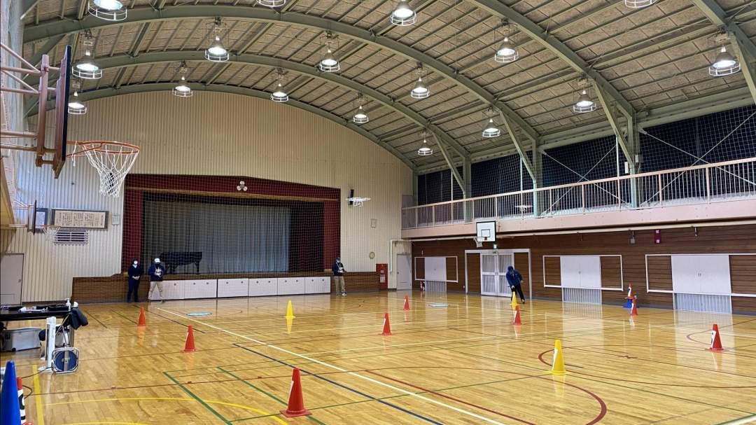 屋内フィールドで奥行き55m×幅33m×高さ11mは国内最大級の大きさです。(写真は大宮校)