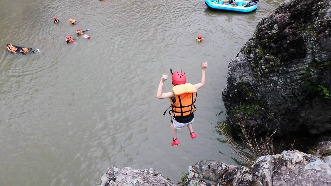 岩から勇気を出してジャンプ