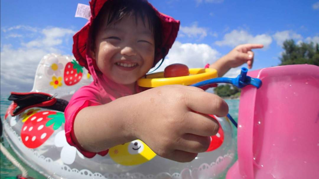 3歳児も浮き輪と箱メガネで大満足! 海に顔をつけなくても海の中のお魚さんに会えるよ! 浮き輪はガイドが引っ張るのでお父さんとお母さんはシュノーケルを楽しんでください!