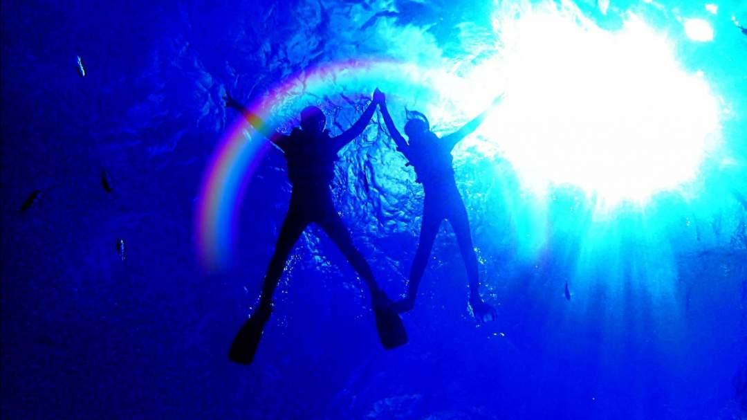 ガイド付きツアーならではのお写真を撮影! ガイドが海に潜り下からパシャリ☆ インスタ映え間違いなし!