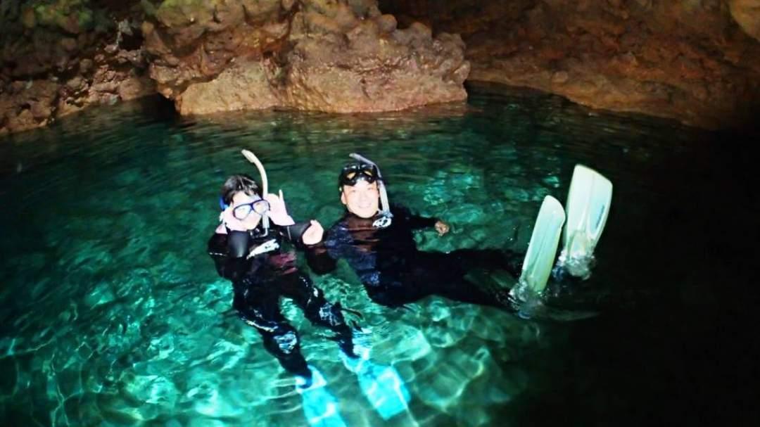青の洞窟内は、水中が青く見える場所と水面が青く見える場所があります! どちらも違った鮮やかな青で神秘的! この感動を皆様にお届けします!