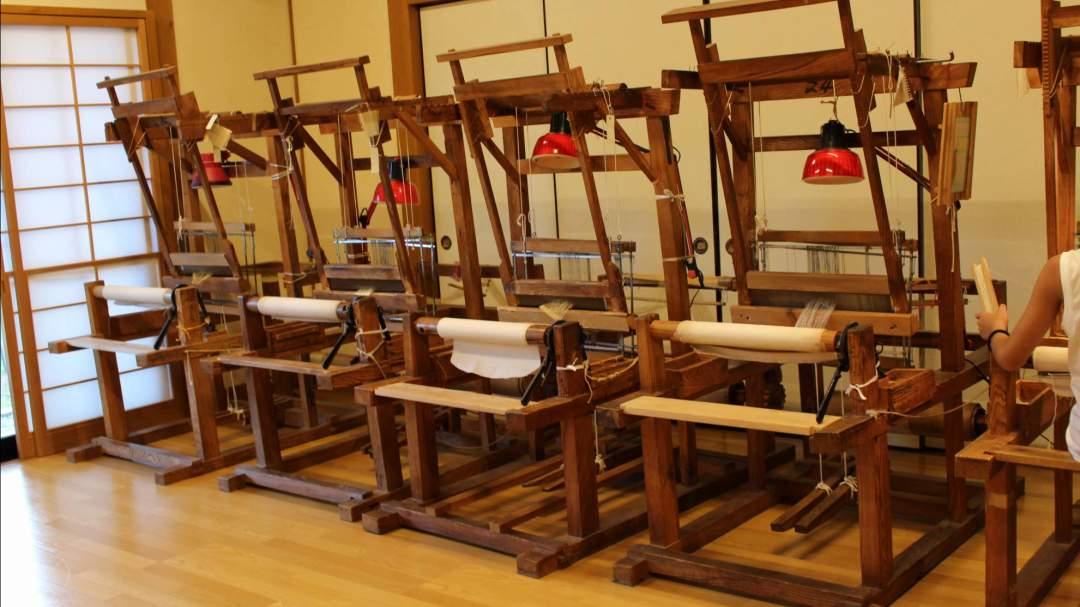 機織り機がたくさん並んでいます