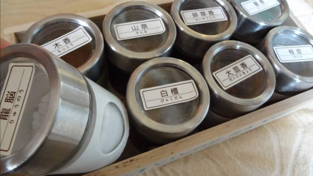 漢方薬にも使われるお香の原料を香りを聞きながら加えます
