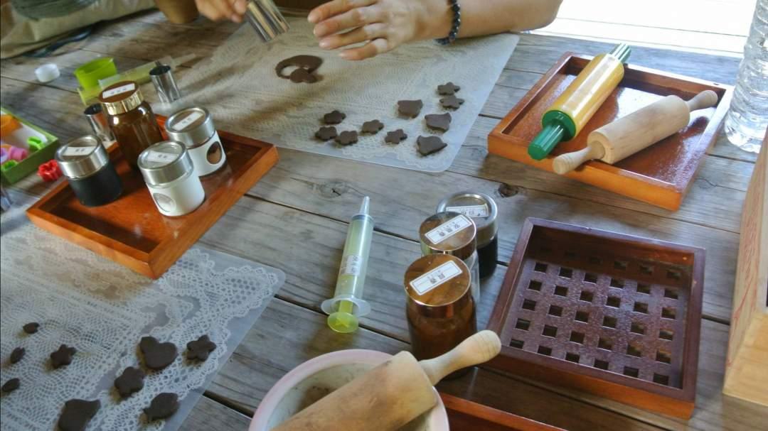 様々な型抜きを使って印香を作ります。