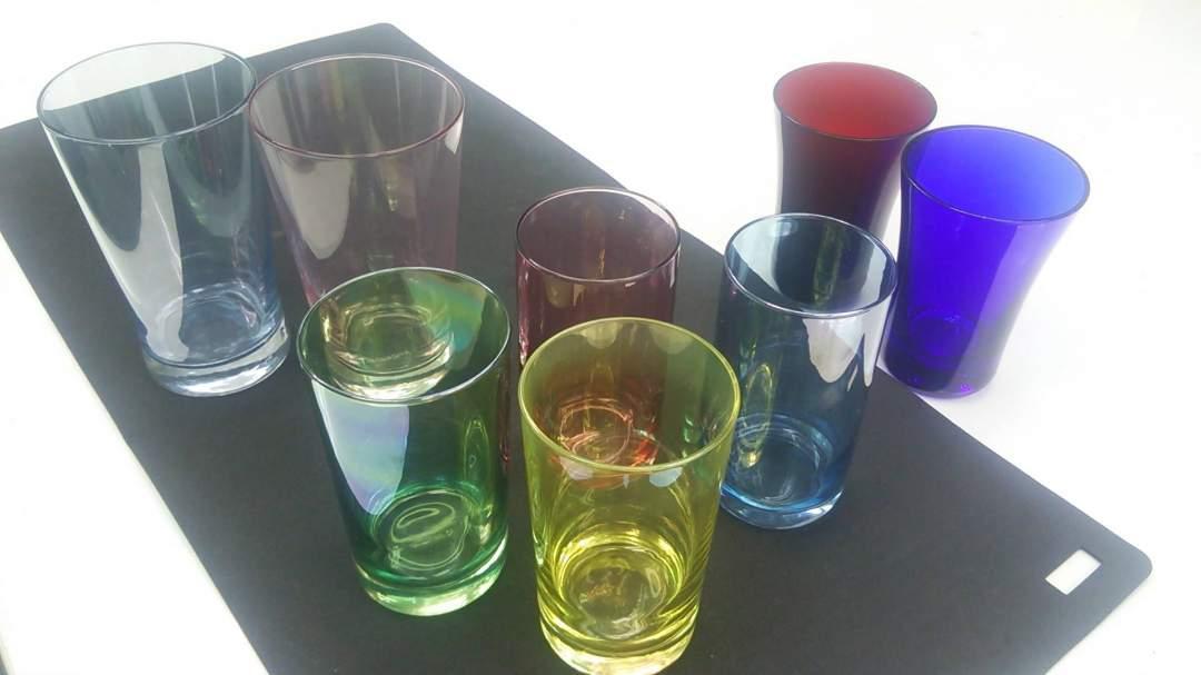 数種類の色鮮やかなグラスから好きな素材を選びます。