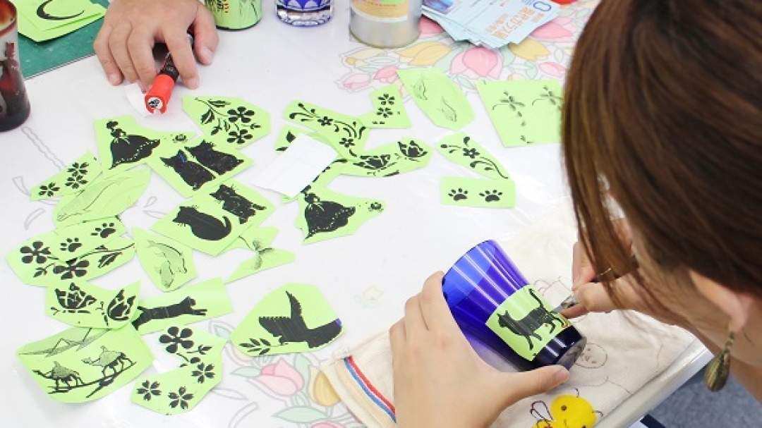 好きな絵柄や文字をシール状にして、グラスの表面に貼り付けます。カッターで柄に沿って刃を入れ、切り残します。