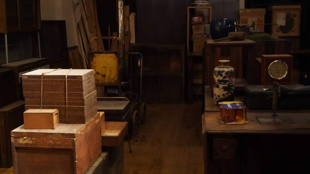 古家具や古道具を取り揃え、少数ですが古材なども用意してございます。