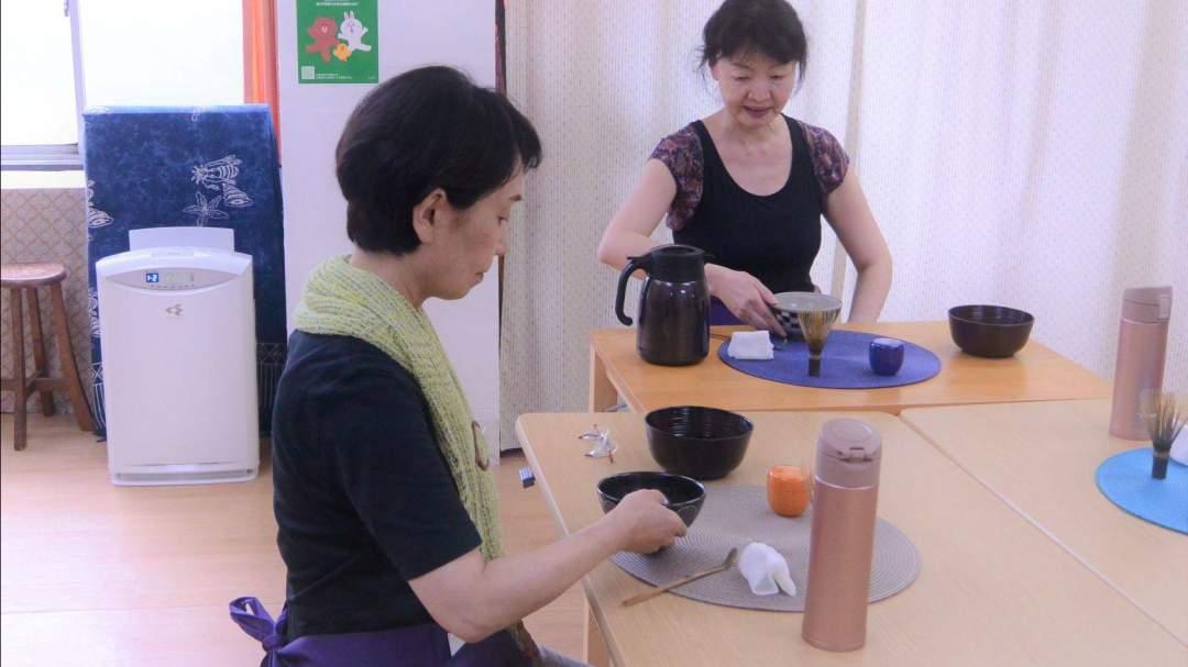 講師と一緒にお茶を点てます。
