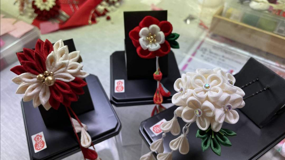 選ぶ花の形により、布地の枚数や土台がかわります。 追加料金をいただくこともございます。