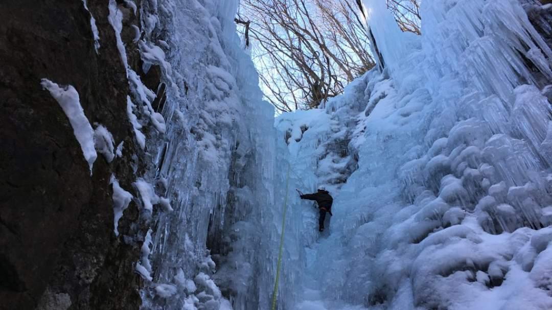 午後は、希望があれば高さ約25Mに挑戦も!! 氷壁に囲まれて、圧巻!