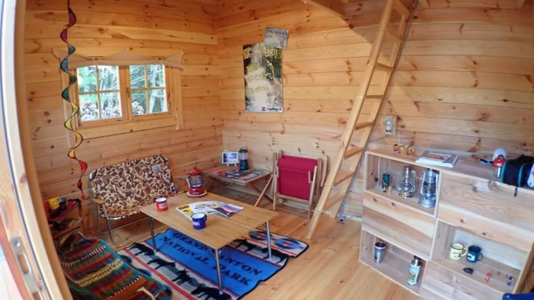 当店山小屋風ログハウスでお着換え、ツアー後の休憩等できます。アウトドアな空間でおくつろぎください。