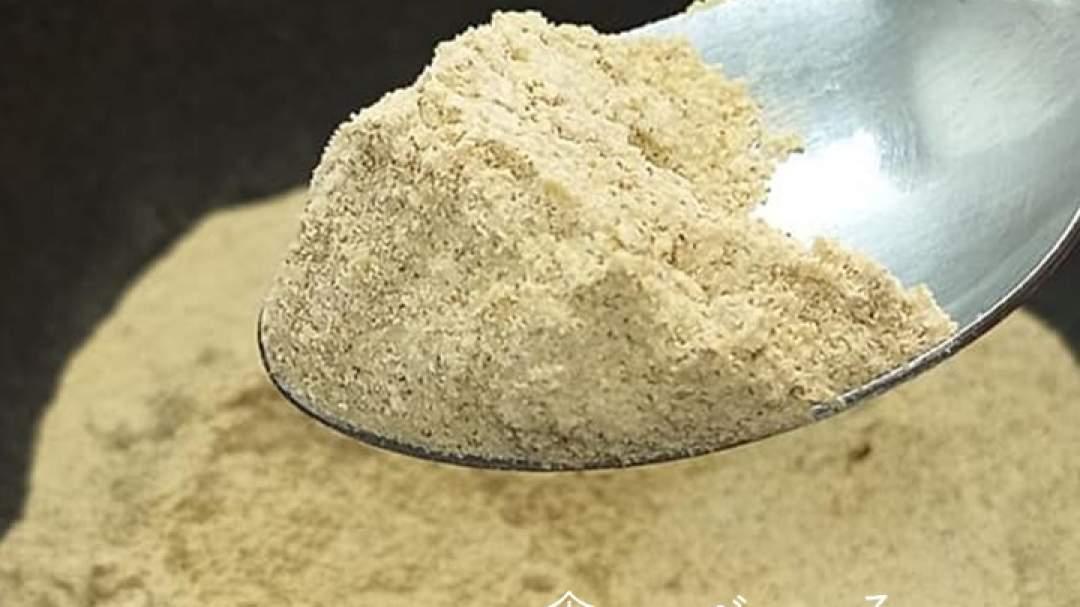 粉末加工した状態です。 乾燥野菜粉末ですので水、お湯には溶けきりません。 汁物などに使用する場合は、よくかき混ぜてください。