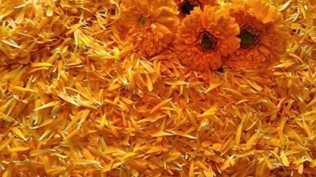 一枚一枚花びらをちぎり、乾燥させたドライハーブが原料となります。