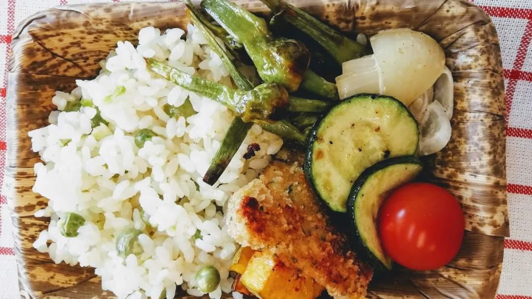 豆ごはんは、関西と関東で違いがあるのをご存じでしょうか? 関西ではグリンピースではなくこのうすいえんどうを使うことが多いです。このうすいえんどうの特徴は、グリンピースのような青臭さはほとんどなく、ほこほこした食感でまるで栗のよう。 このお豆さんで炊いたご飯は、栗ご飯のようにほっくりとやさしいお味です。 一度食べていただけるとびっくりしますよ。