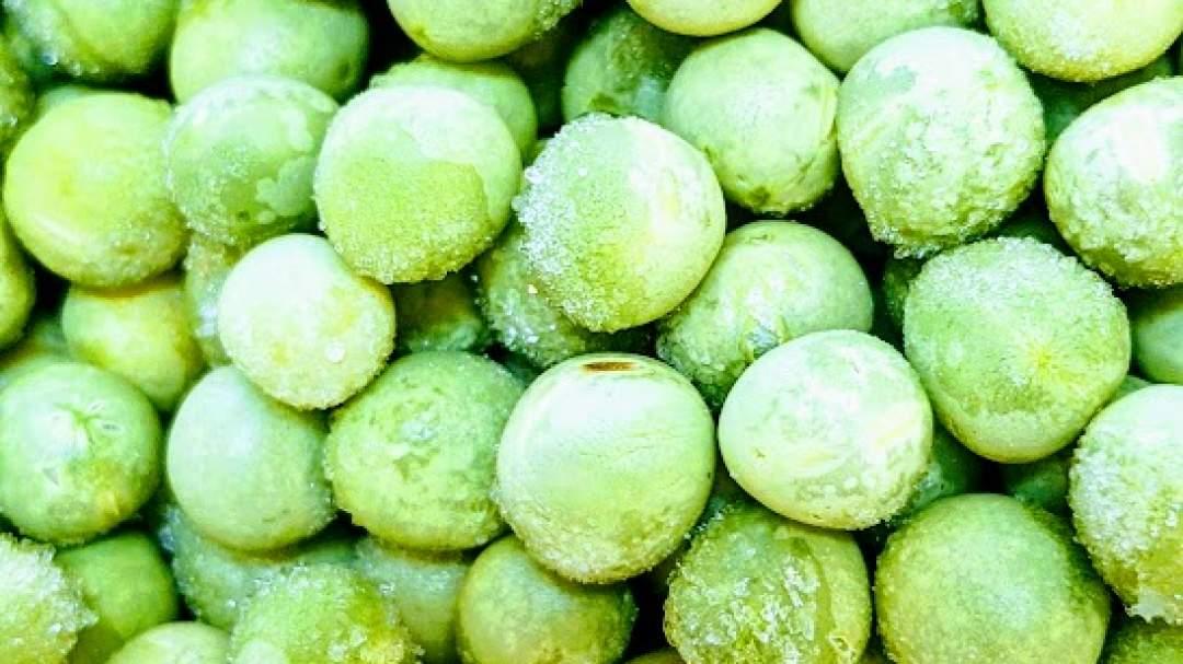 春になると、畑では、たわわに豆がなります。収穫時期が短く、雨が続くと痛みやすいので収穫時期になると大忙し。ひとつひとつ手作業で収穫し、採れたての豆のさやをむき、冷凍保存しました。さっと洗ってお使いください。 【食べ方】 豆ごはんや卵とじ。カレーやハヤシライスなどの彩に。自家製あんこにしてもおすすめ。ほくほくでおいしいですよ。冷凍室にあると少量からいろいろ使えて便利です。