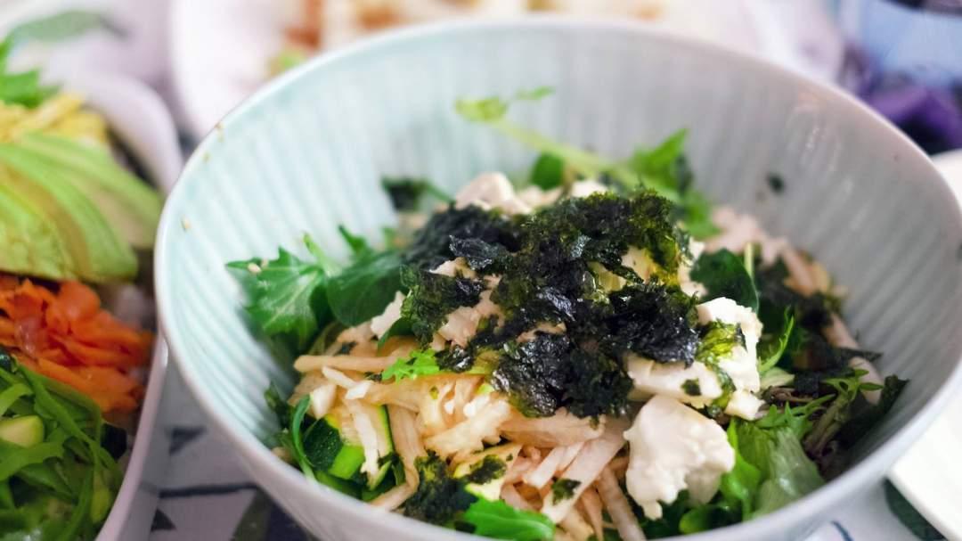 食べやすくクリーミーなえごまドレッシングは、豆腐やサラダにもピッタリ。毎日のお料理のお共に。豆腐にかけるだけでプラス1品の出来上がり!